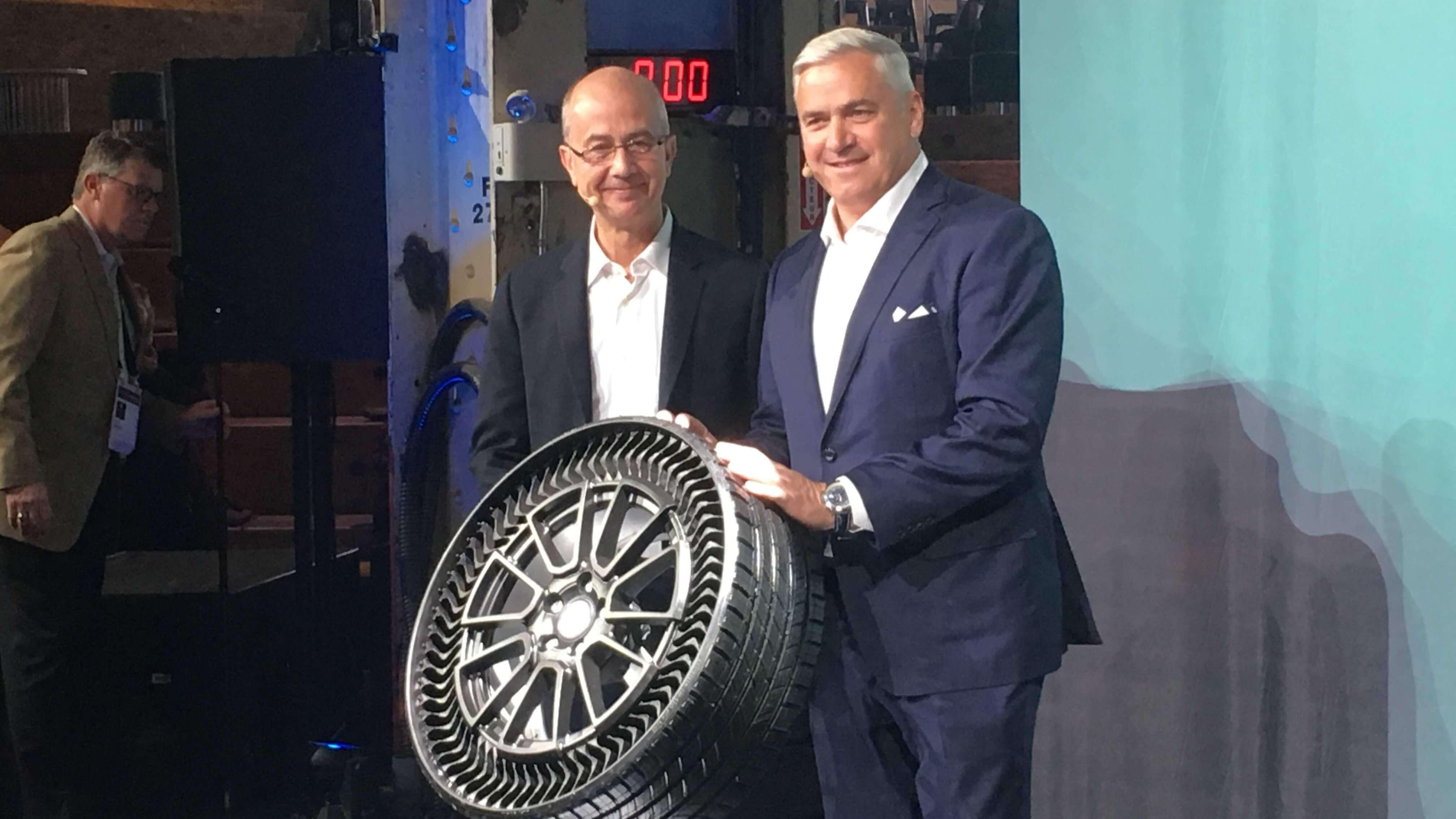 Эрик Винесс из Michelin и Стив Кифер из GM с концептуальной разработкой Michelin Uptis